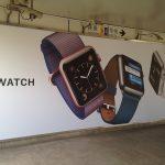 上海地下鉄・虹橋路駅連絡通路のApple Watch全面広告
